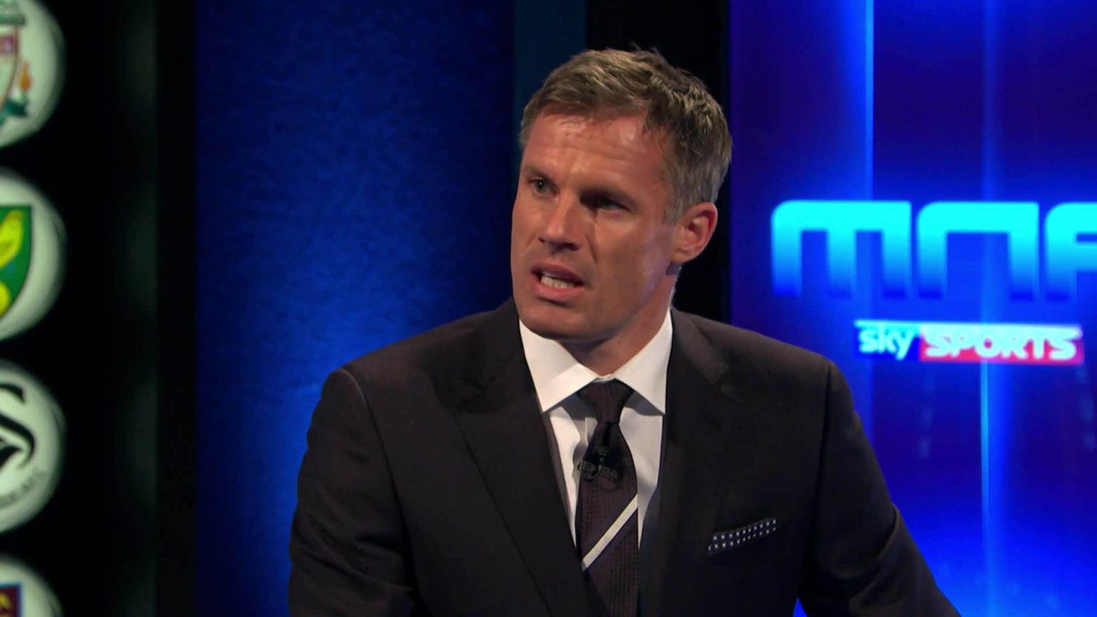 carragher_talk_to_rooney